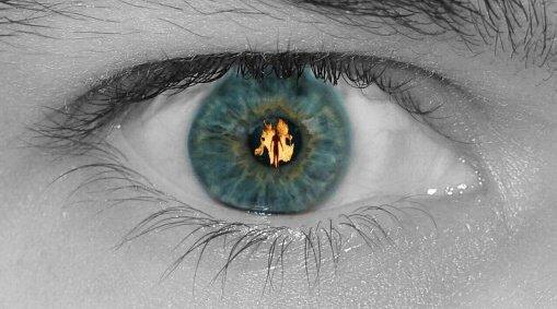 Auge in Flammen