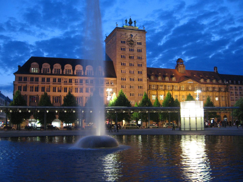 """Augustusplatz Leipzig mit dem ersten Hochhaus, dem """"Kroch-Hochhaus"""" von 1928"""