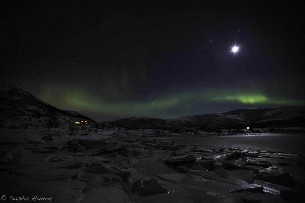 Aurora Borealis eingebettet in der Berglandschlaft
