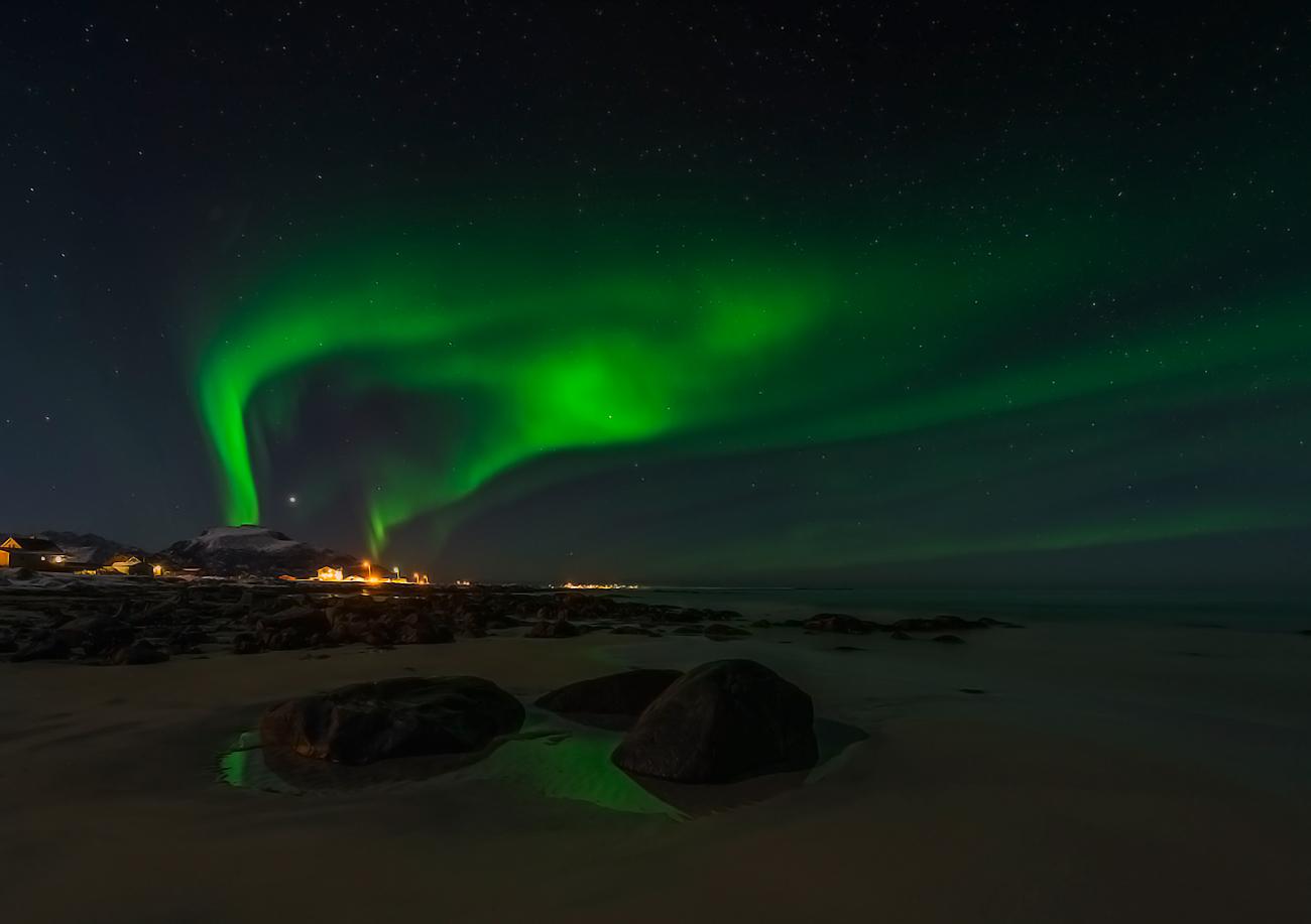 aurora borealis oberhalb eines dorfes
