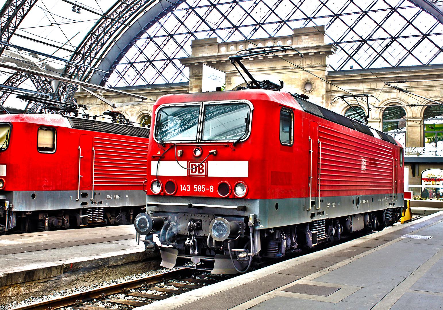 Aus Belichtungsreihe erstelltes HDR der BR 143 im Hbf Dresden