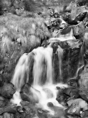 Aus dem Berg entspringt ein Fluss
