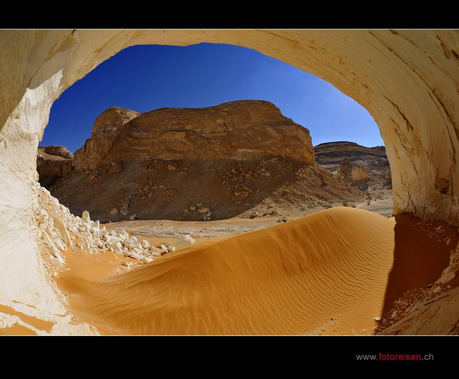 Ausblick aus einer Höhle in der Weissen Wüste II