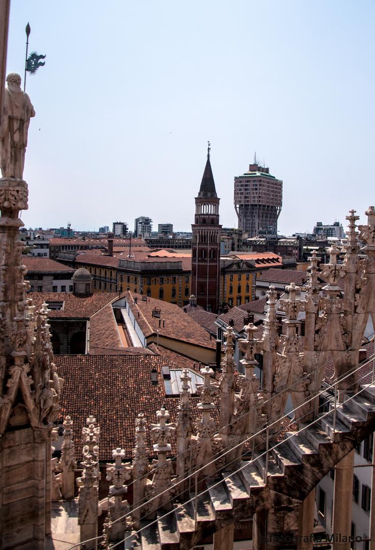 Ausblick vom Dom auf die Dächer von Mailand.....