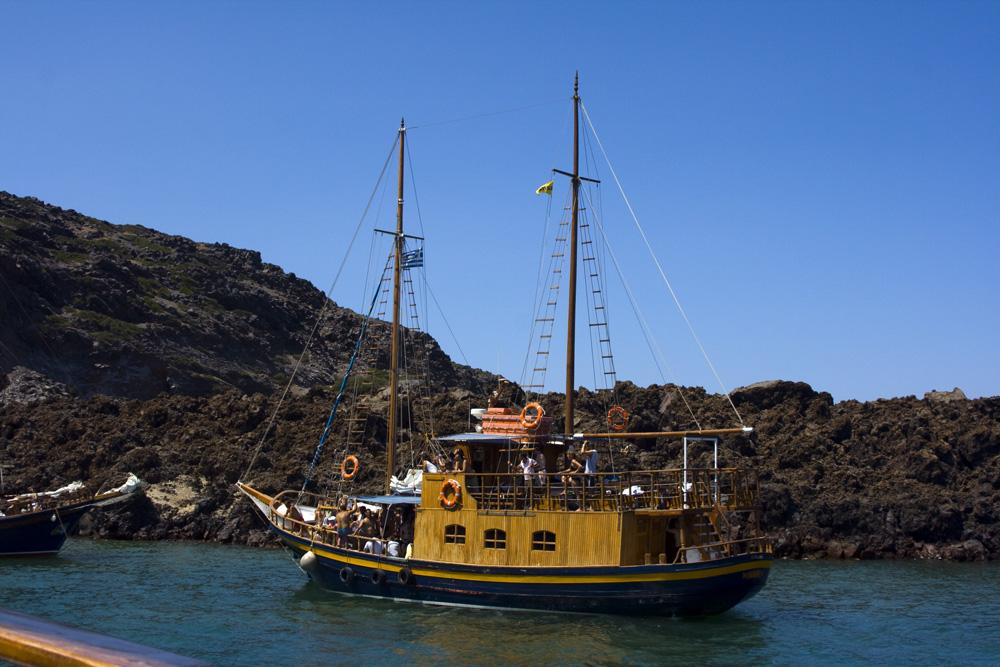 Ausflugsschiff in der Caldera bei Santorini