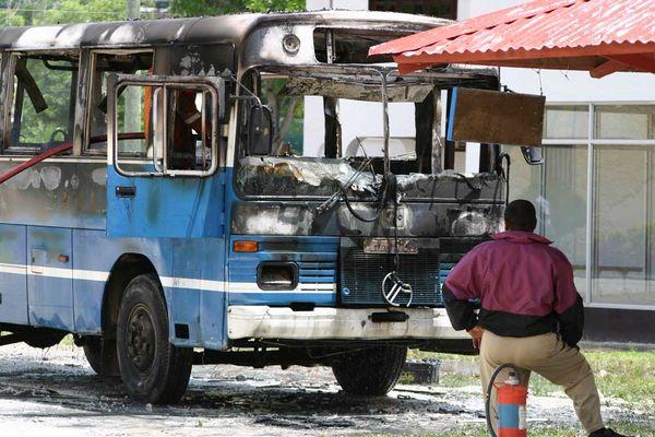 Ausgebrannte Bus mitRetter