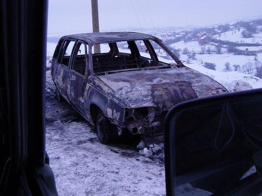 Ausgebranntes Auto im Süden vom Kosovo