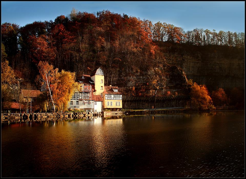 ausgediente Mühle in herbstlicher Umgebung