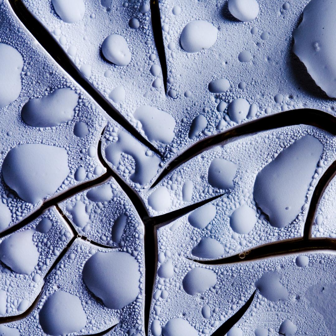 Ausgetrocknete Farbe mit Wassertropfen - Try and water