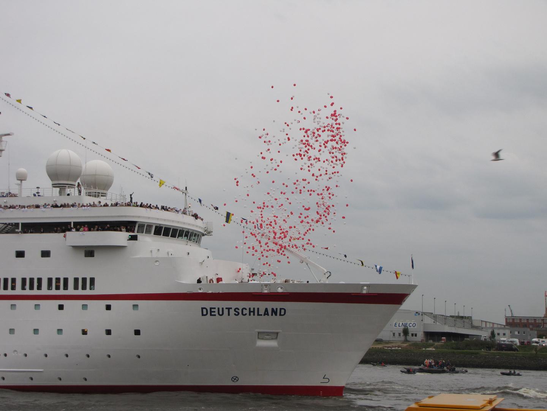 Auslauf der Deutschland ( das Traumschiff ) aus dem Hamburger Hafen