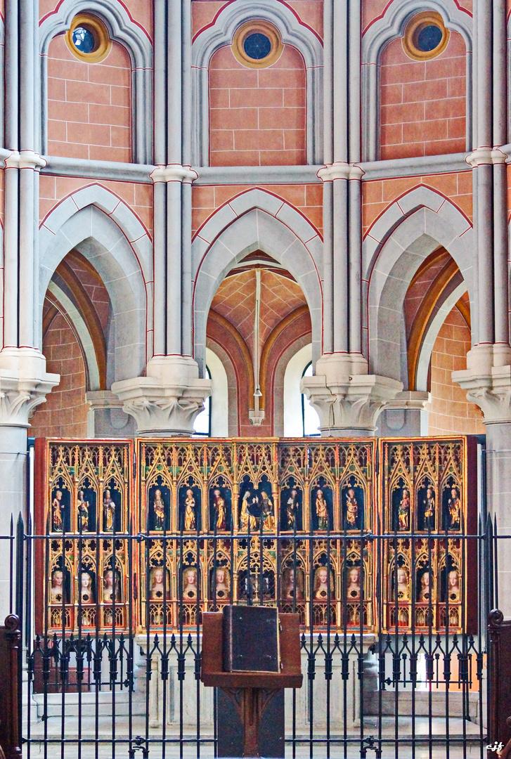 Ausschnitt aus dem Altarraum mit Hochaltar