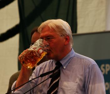 Außenminister Frank-Walter Steinmeier (SPD) im Bierzelt