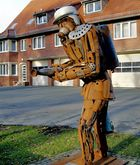 Außerirdischer Feuerwehrmann bei einer Ausbildung in einer deutschen Stadt