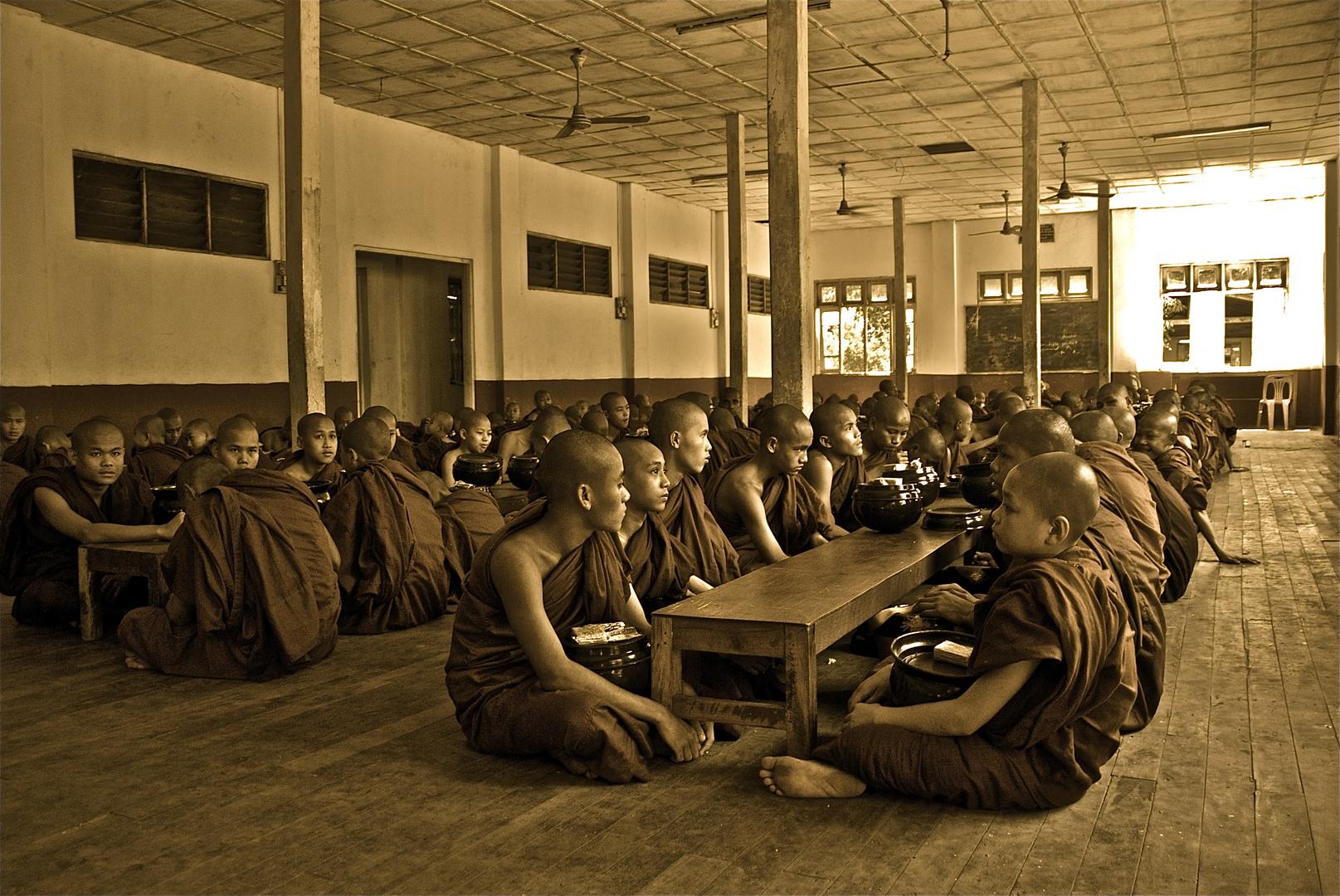 ausspeisung in einem kloster in bago