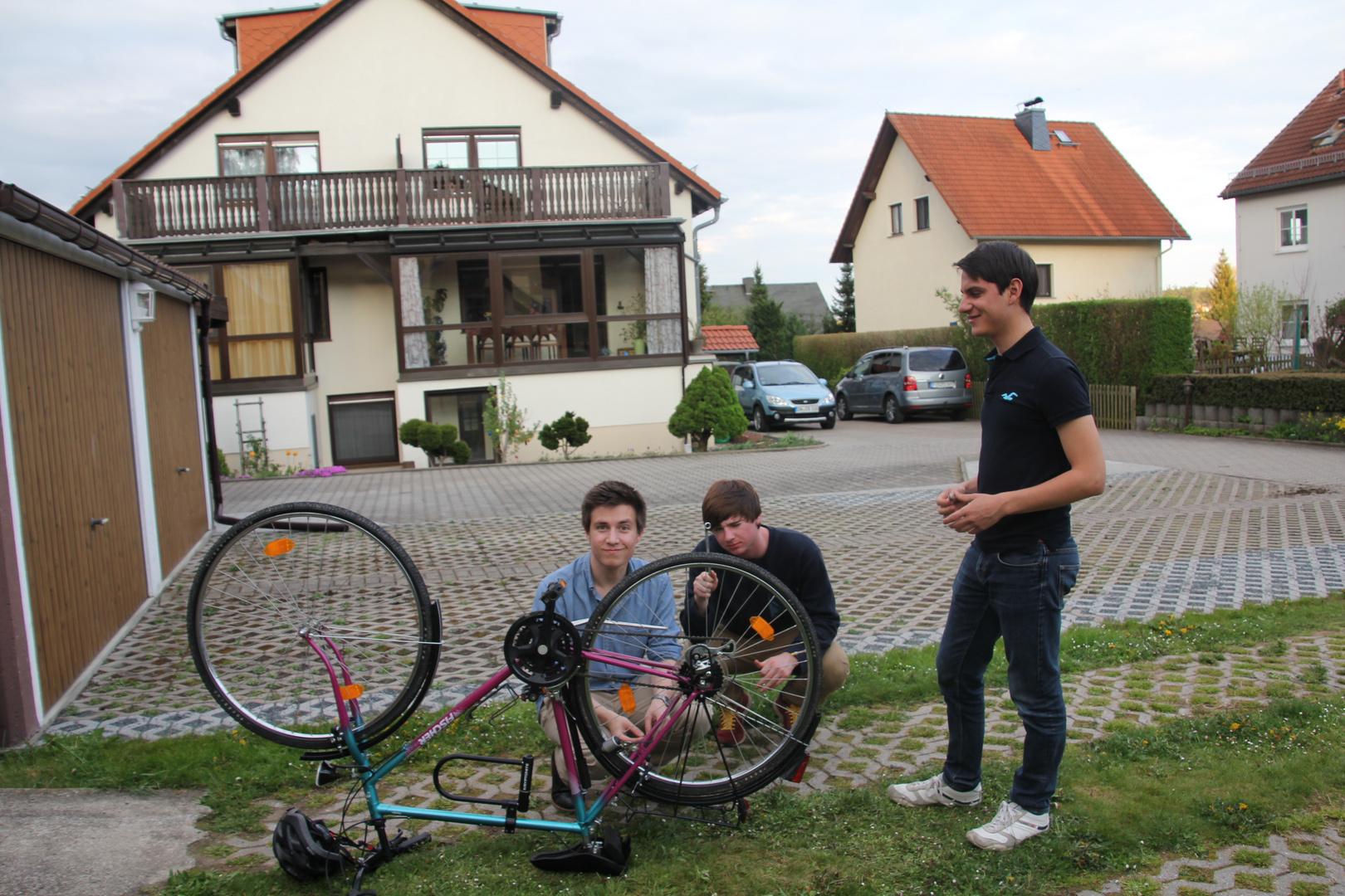 Austauschschüler aus Amerika,Mexiko und England-gemeinsame Reparatur eines Fahrrad`s
