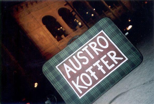 austrokoffer vor der oper 1