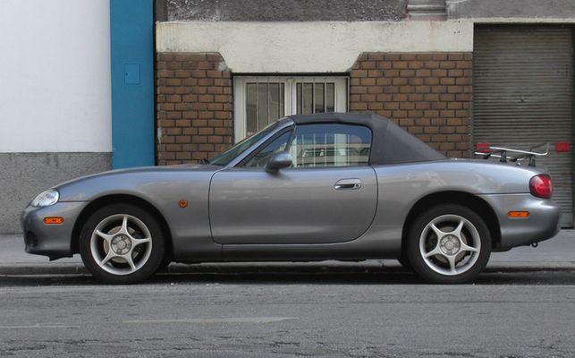 Auto auf Straße (Mazda MX5)