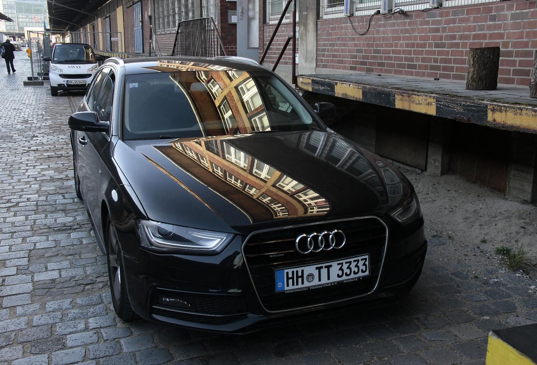 Auto mit Spiegelungen
