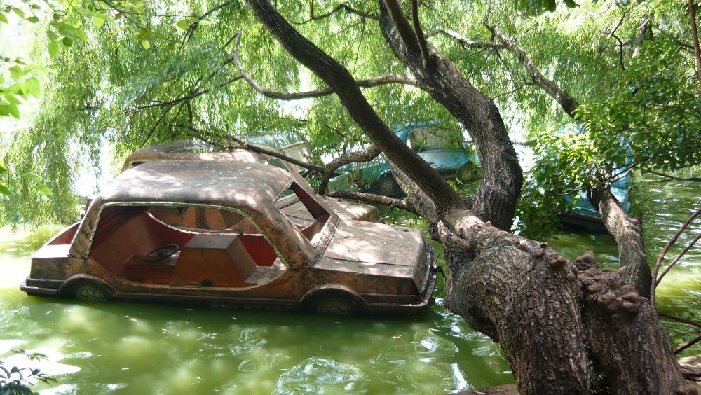 Auto-Tretboot-Friedhof