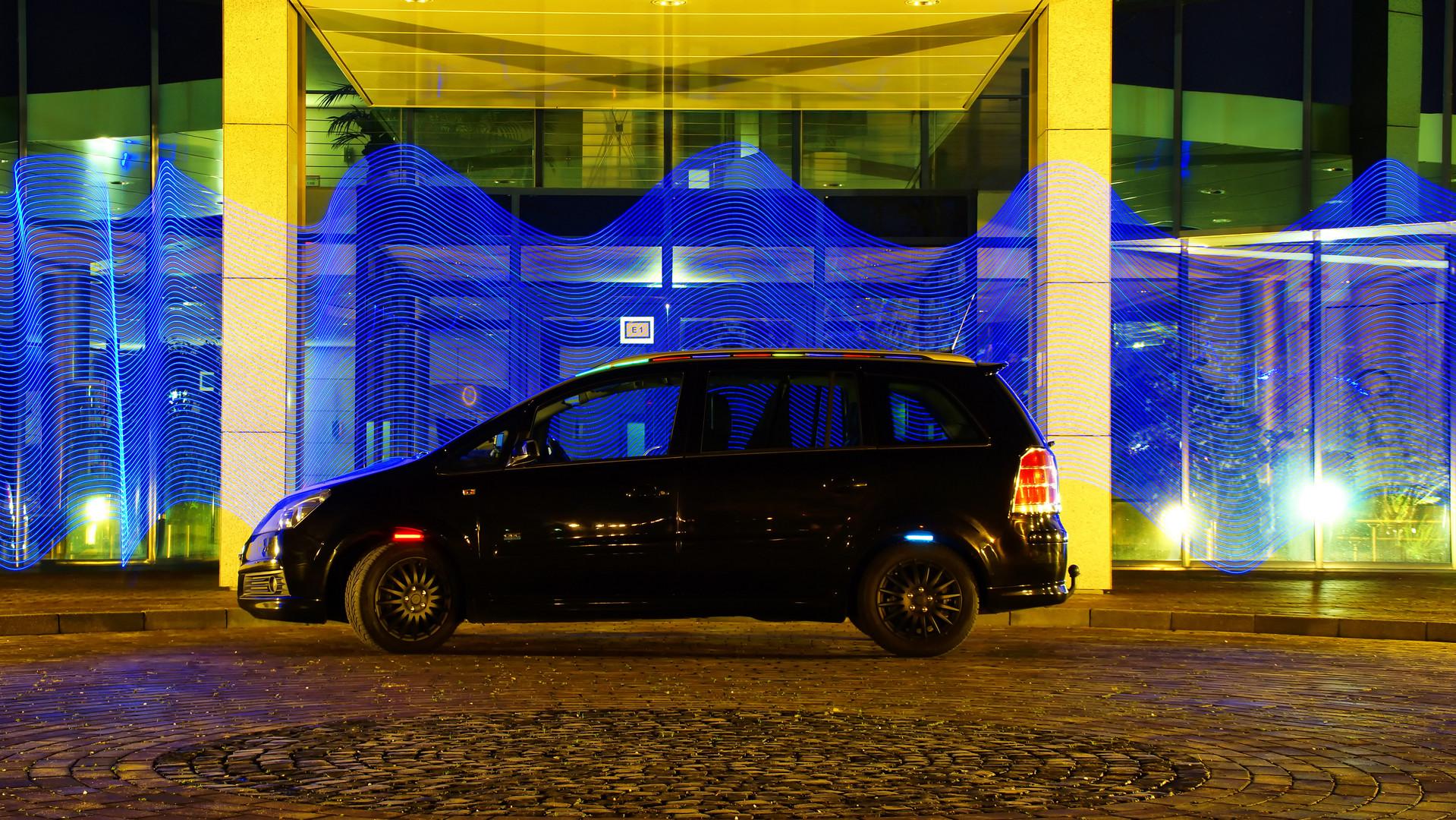 Auto vor einem Lichtvorhang