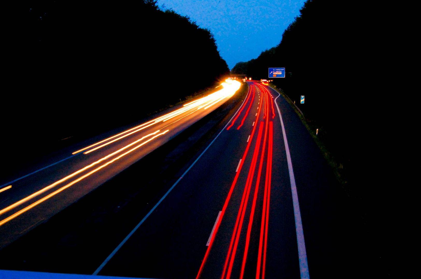 Autobahn bei Nacht mit Langzeitbelichtung