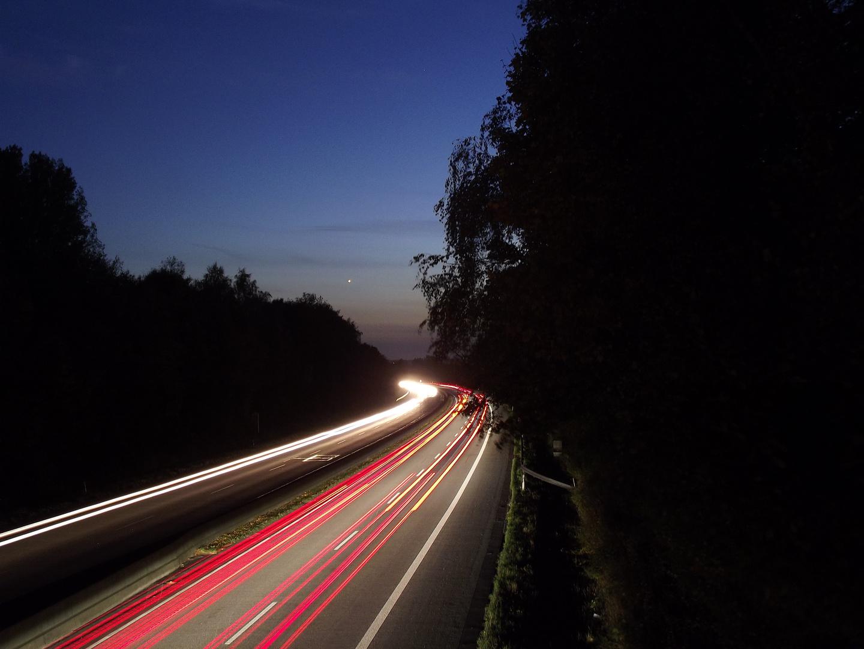 Autobahn zur blauen Stunde