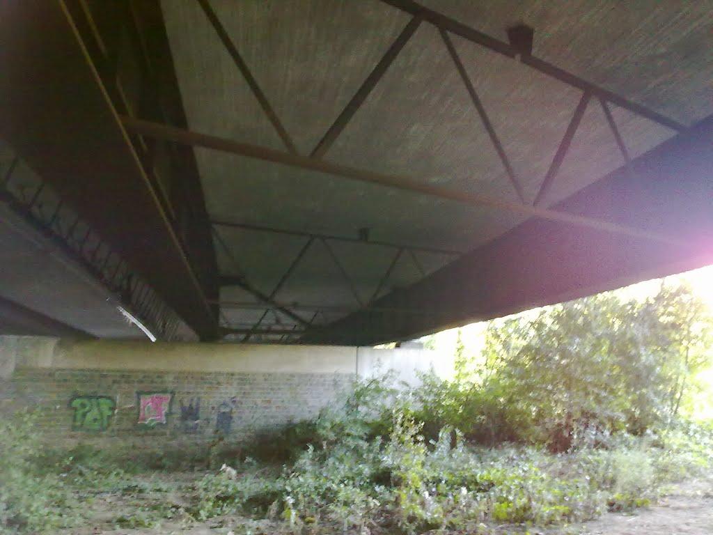 Autobahnbrücke A 3 Lohmar Nord Richtung Köln von unten. Sonntag, 30. September 2012
