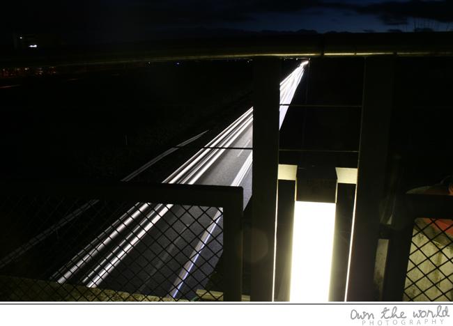 Autobahnbrücke nachts