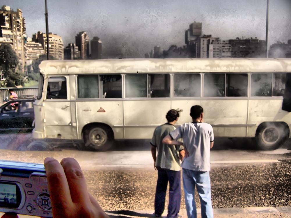 Autobús ardiendo en El Cairo