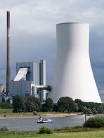 Autofähre Orsoy-Walsum vor Kraftwerk Walsum