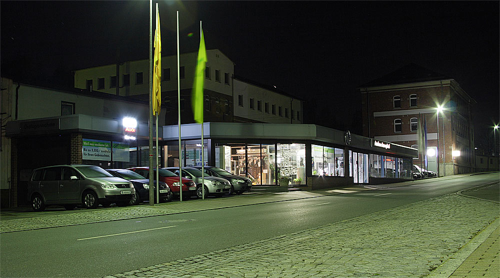 Autohaus bei Nacht