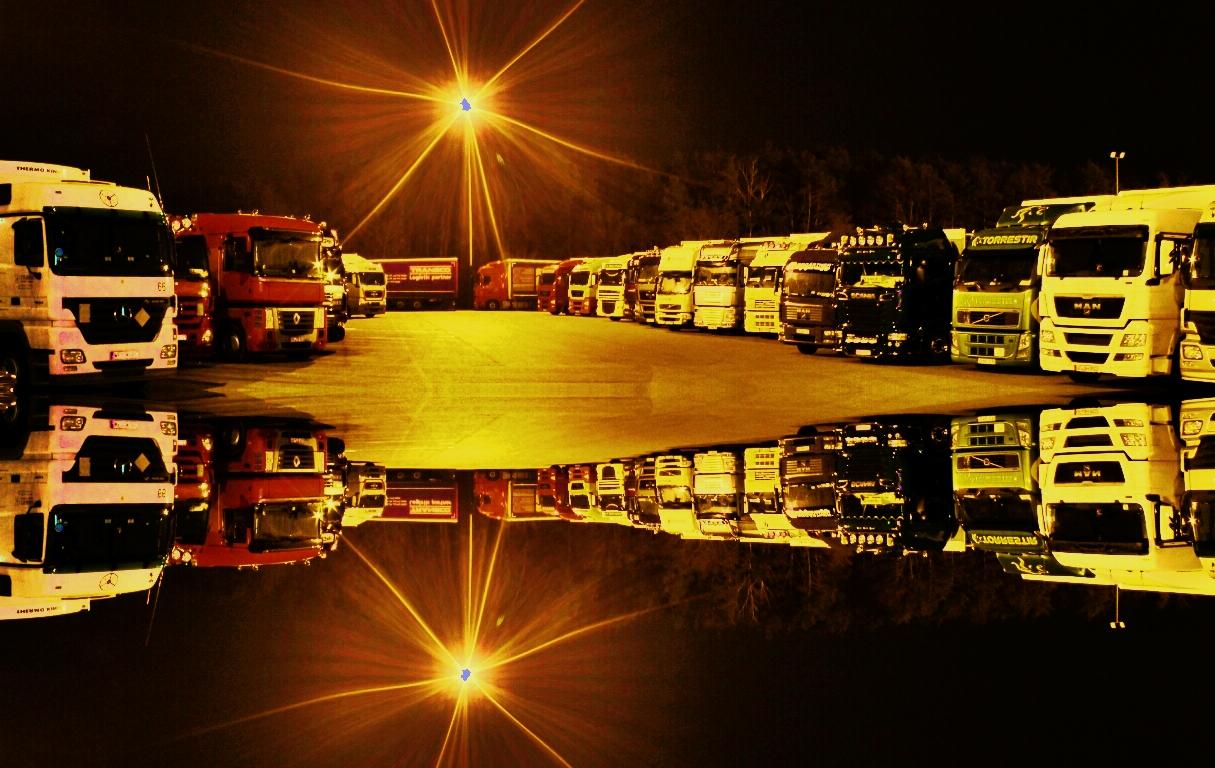 Autohof bei Nacht