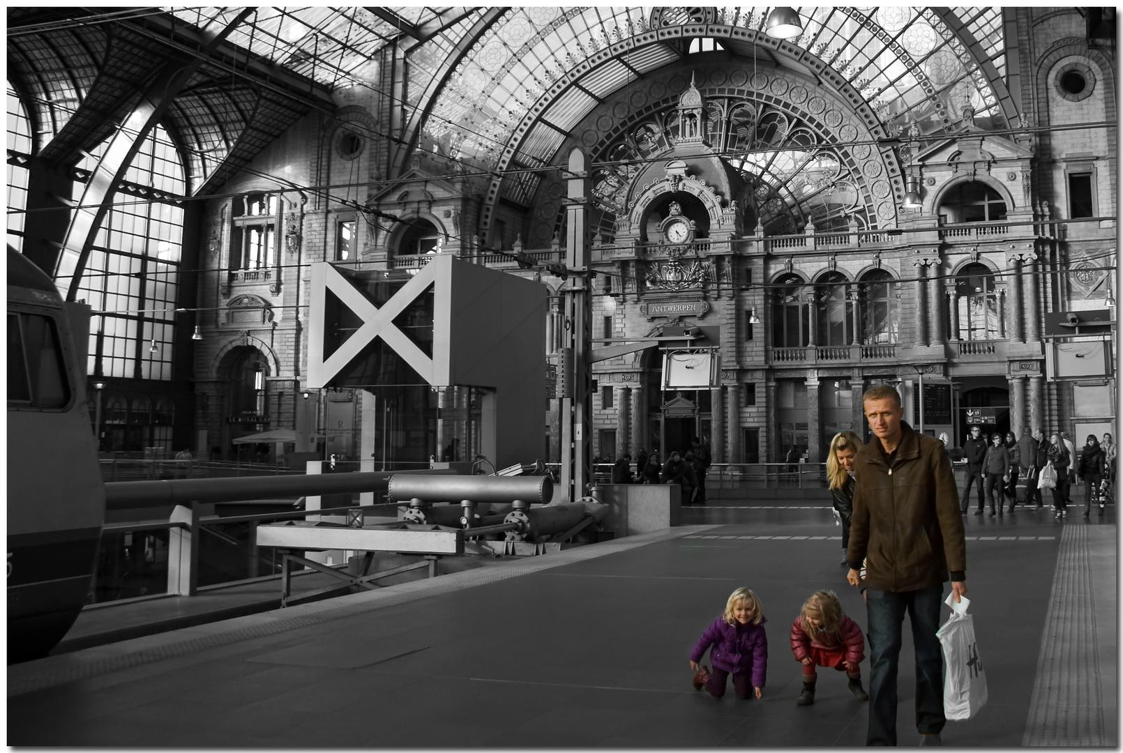Automne à Anvers VIII Jeune famille dans une gare