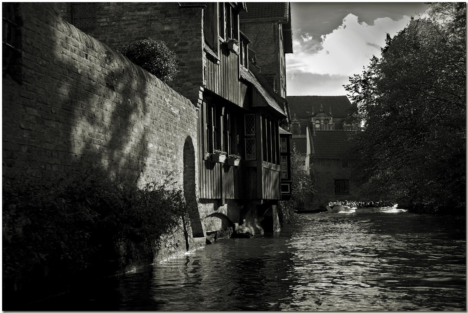 Automne à Bruges XX Le rôle d'un humble mur au soleil
