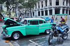Autopflege mitten in Havanna