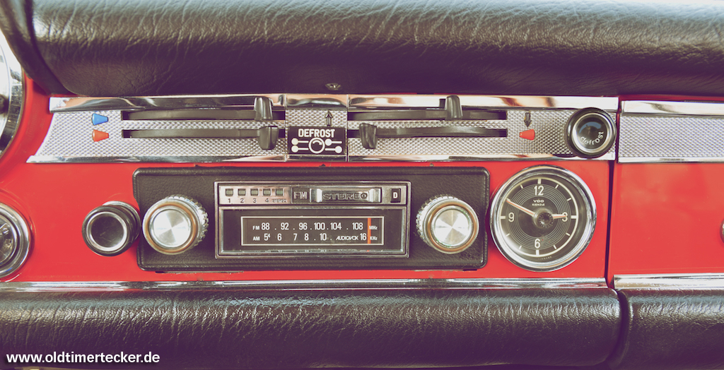 Autoradio im Mercedes-Benz Pagode