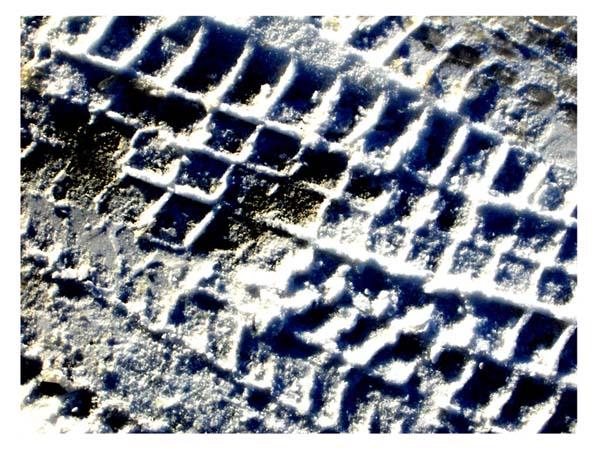 Autospuren im Schnee