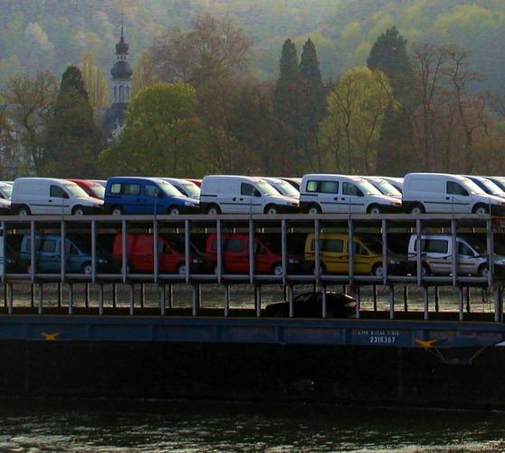 Autostau auf dem Rhein