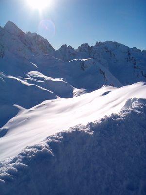 aux sommets enneigés se dore le soleil!