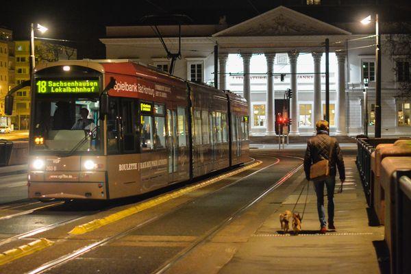 Available Light - nächtliche Straßenbahn vor dem Literaturhaus in Frankfurt