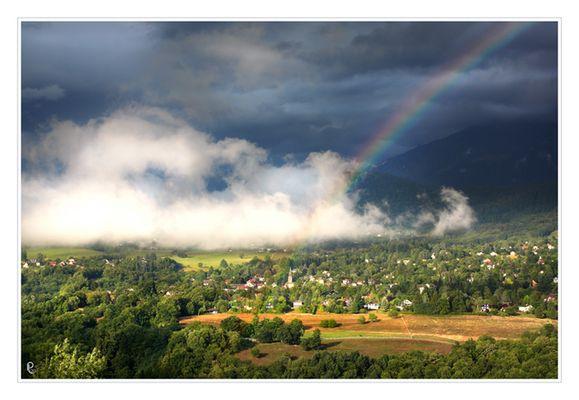 avant l'orage, nuages et arc en ciel sur le village