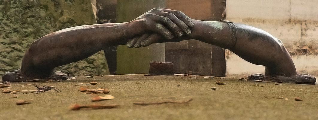 Avec les mains trahies par la faim qui se lève ...