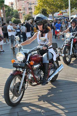Avec sa tite moto…