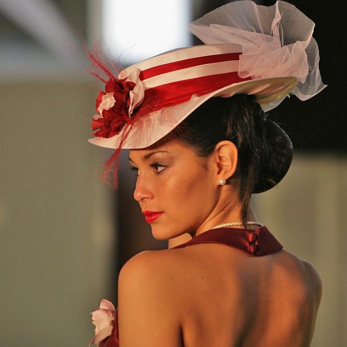 avec un joli chapeau