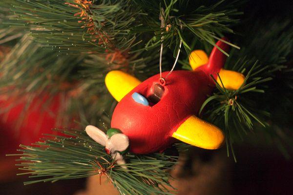 avión navideño pidiendo aterrizaje en caja de los adornos