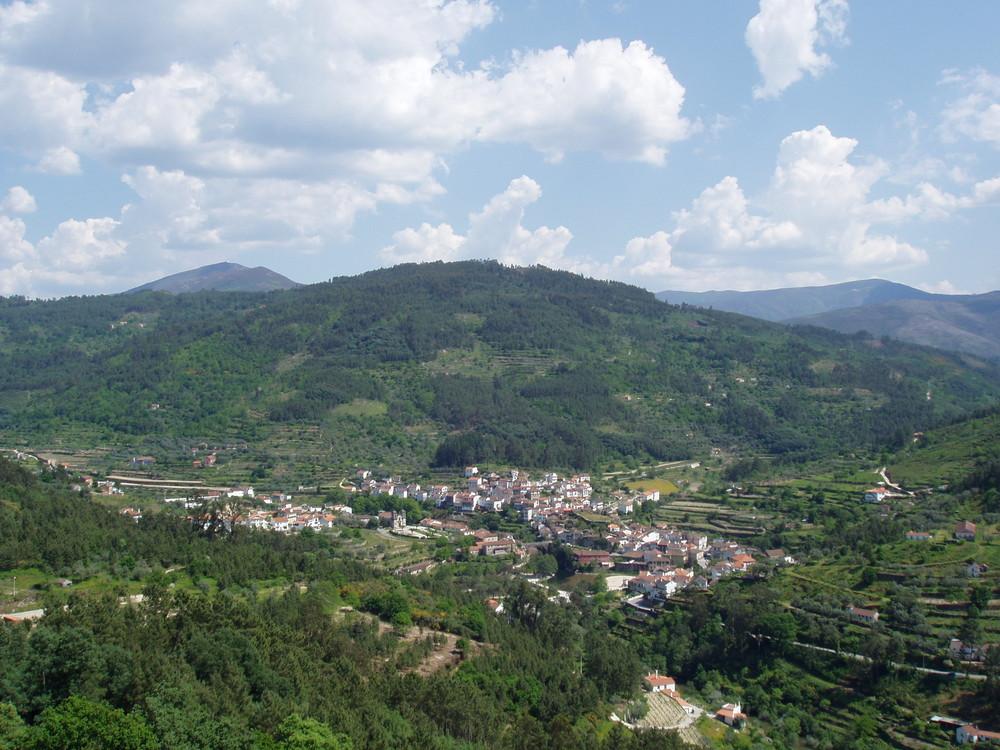 (Avô) Das Dorf im Tal