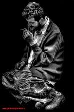 avvolto nel buio della sua tossicodipendenza.......