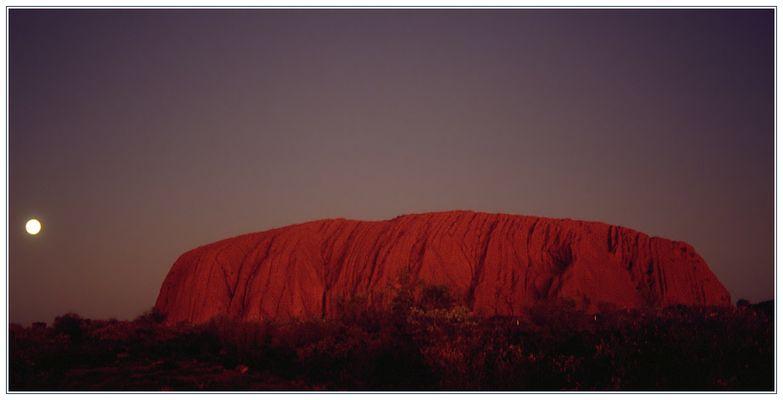 Ayers Rock (Uluru) bei Vollmond in der Abenddämmerung