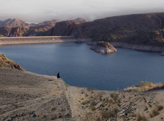 Aymara solitaria a orillas del lago artificial