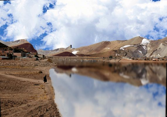 Aymara solitaria a orillas del lago artificial II- Altiplano Peruano de Tim Roth